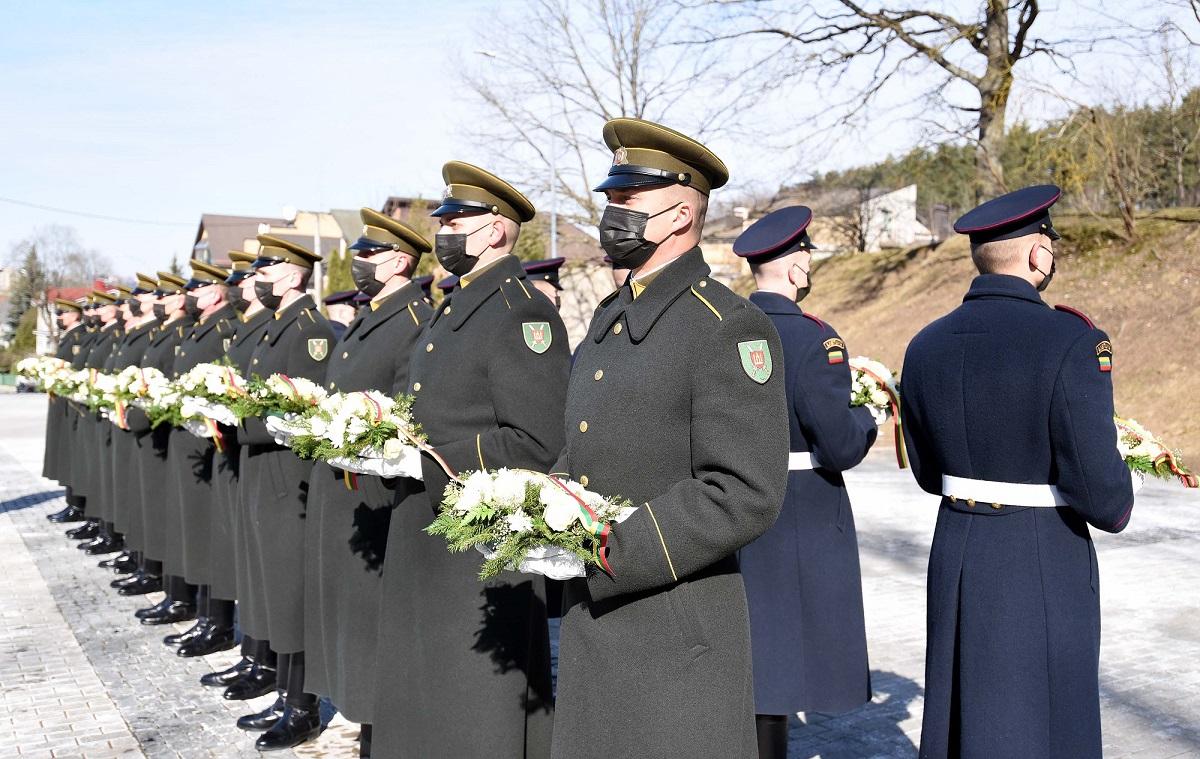 Lietuvos kariuomenės Garbės sargybos kuopos kariai Tautos vardu padėjo gėlių ant signatarų kapų | kam.lt, G.Maksimovič-Alkema nuotr.