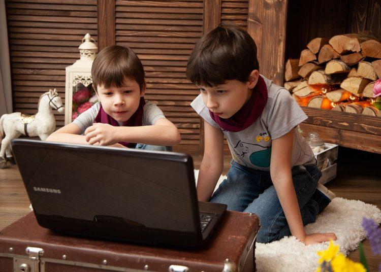 Vaikai prie kompiuterio | pixabay.com nuotr.