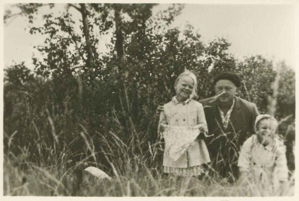 Kazys Ėringis su dukromis Vaiva ir Elena. Juodkrantė. 1965 m. | LMAVB RS F335-1987 nuotr.
