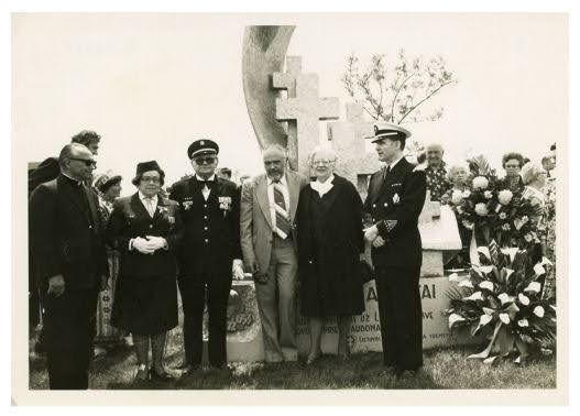 Romo Kalantos paminklo Čikagoje šventinimas ir atidengimas 1979 m. Šv. Kazimiero lietuvių kapinėse. Trečias iš kairės paminklo autorius ,skulptorius R. Moziliauskas, pirmas iš dešinės LŠST vadas R.Milkovaitis | VDKM archyvo nuotr.