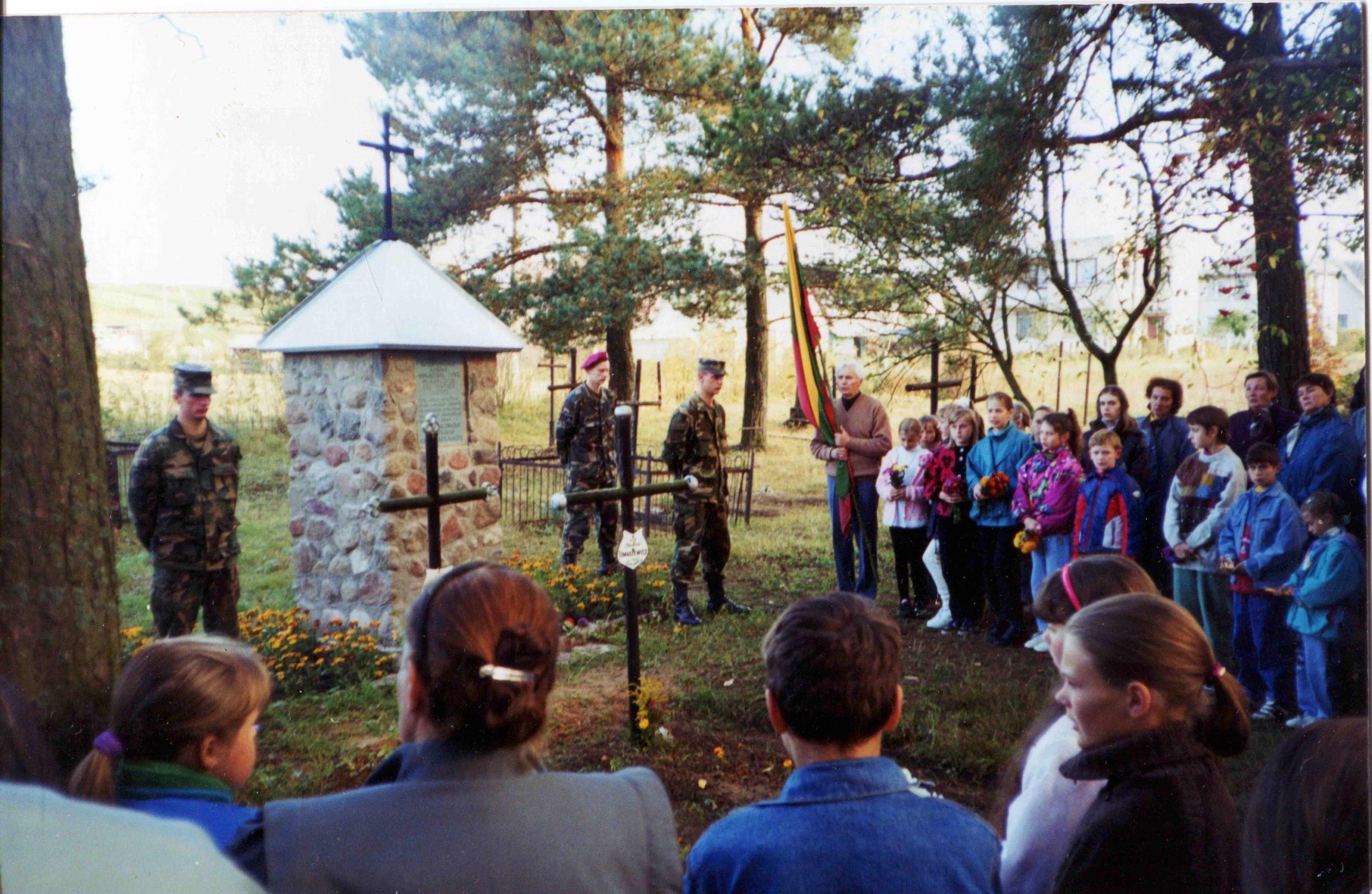 Antkapinė koplytėlė Lietuvos kariams-1941 m. sukilėliams, Bajorėlių k. sen. kapinės, Pabradė, 1998 m.   V. Striužo nuotr.