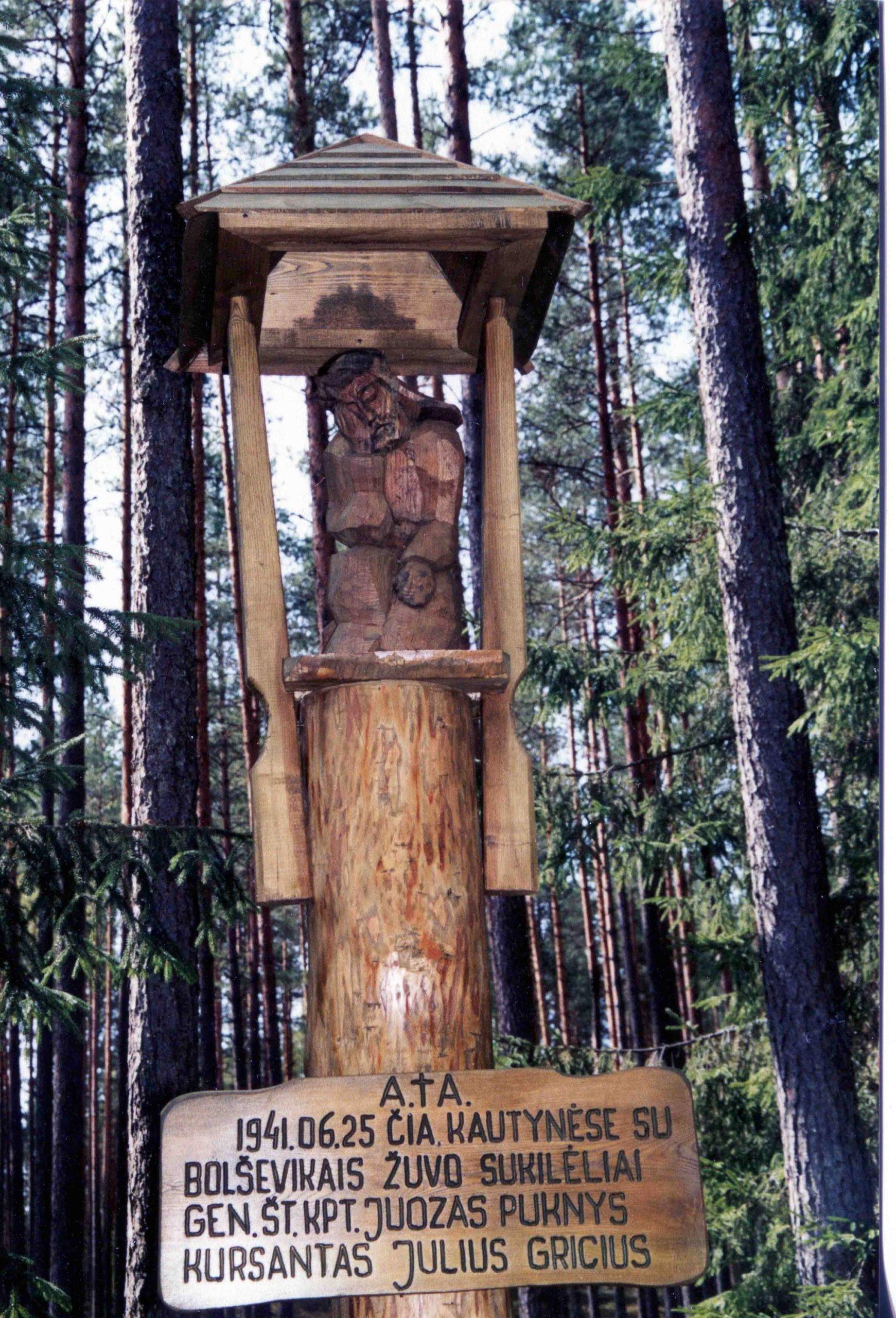 Koplytstulpis žuvusiems 1941 m. kariams sukilėliams kpt. Juozui Pukniui ir kurs. Juliui Griciui, Pagrunda, Labanoro giria, 2003 m.   V. Striužo nuotr.