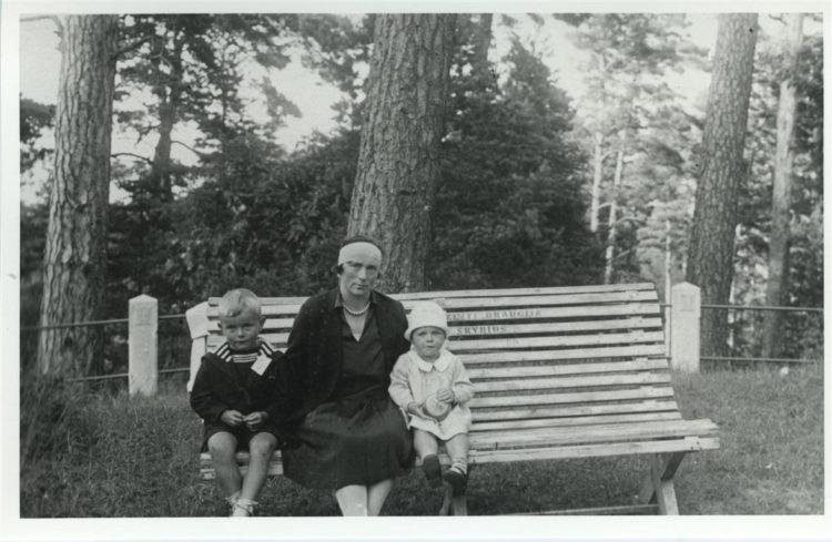 Pranė Grinkevičienė su vaikais Palangoje, 1929 m.