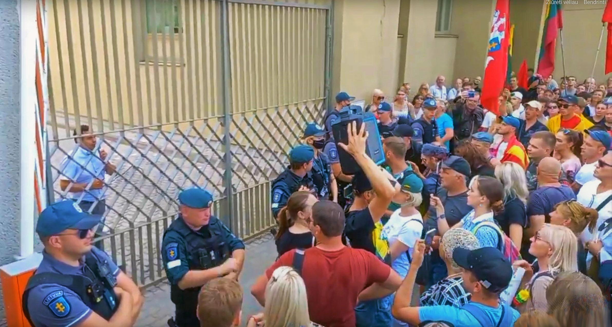Seimo narys P. Gražulis iš už Seimo vartų kreipiasi į mitinguotojus | Alkas.lt ekrano nuotr.