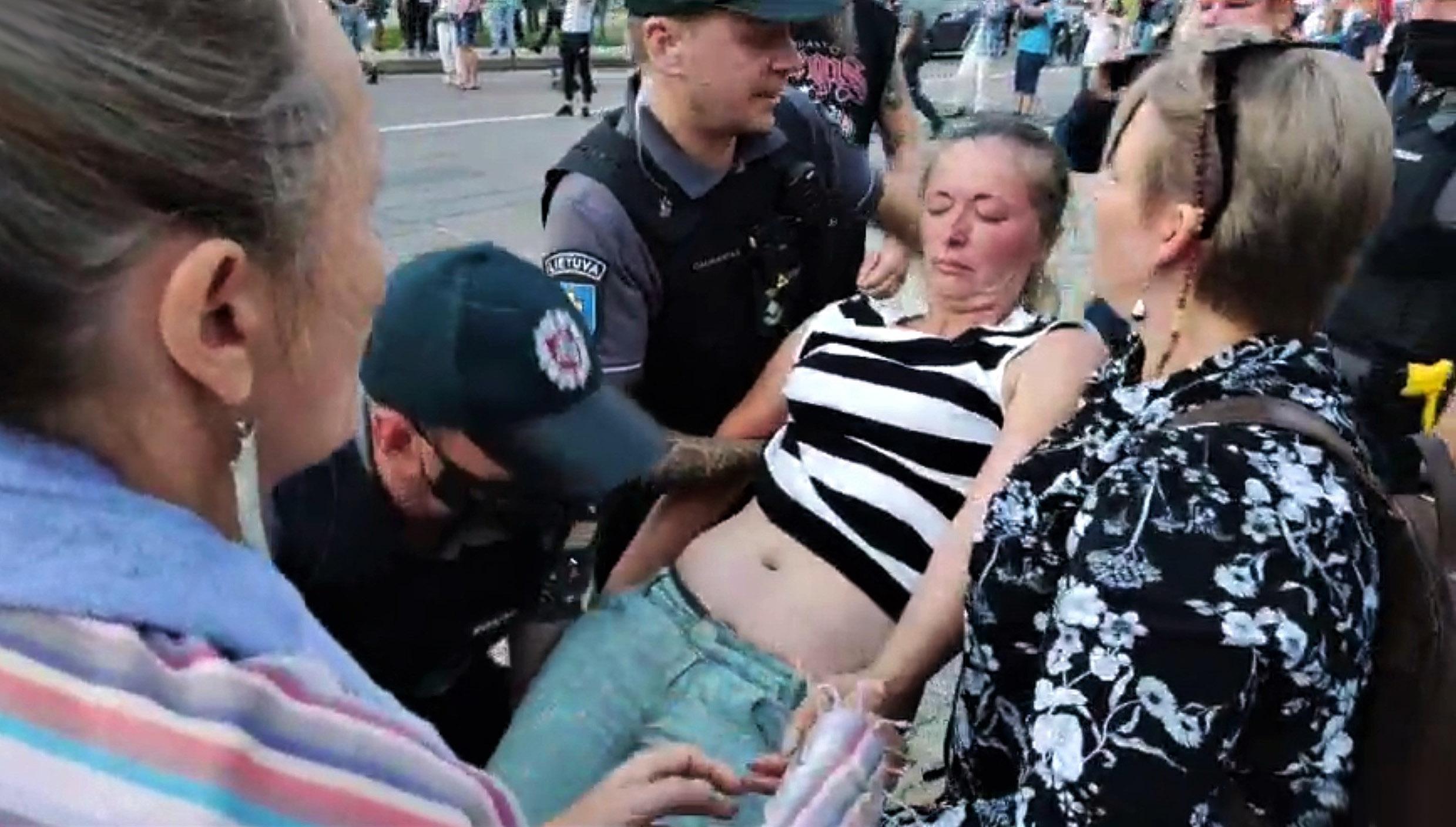 Riaušių policija panaudojo jėgą, lazdas ir ašarines dujas prieš taikius mitinguotojus | Alkas.lt ekrano nuotr.