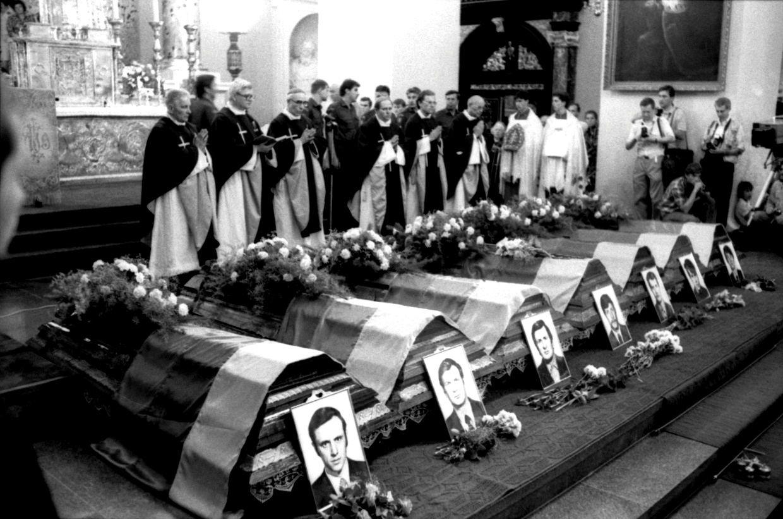 Medininkų pasienio kontrolės poste 1991 m. liepos 31 d. žiauriai nužudytų septynių Lietuvos pareigūnų karstai paskutiniam atsisveikinimui   R. Šuikos nuotr.