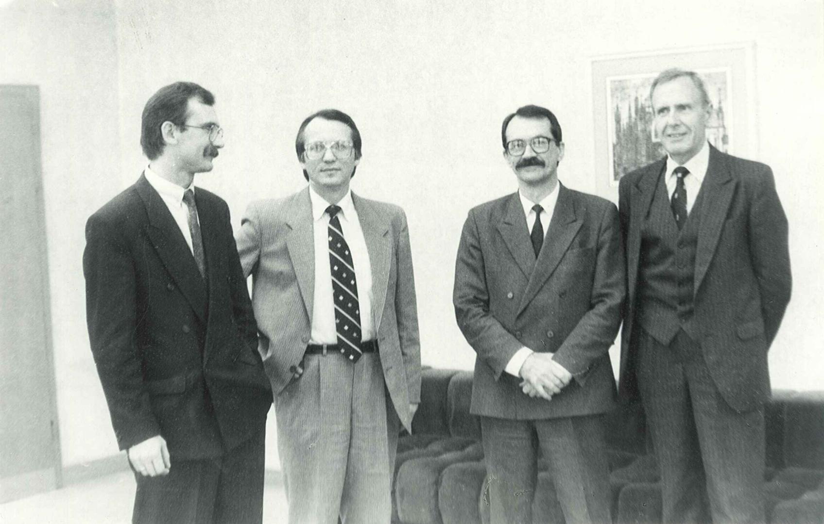 Lietuvos centro judėjimo nariai Egidijus Bičkauskas, Mečys Laurinkus, Romualdas Ozolas ir Kazimieras Motieka. 1992 m., Vilnius.   archyvai.lt, K. Motiekos šeimos archyvo nuotr.