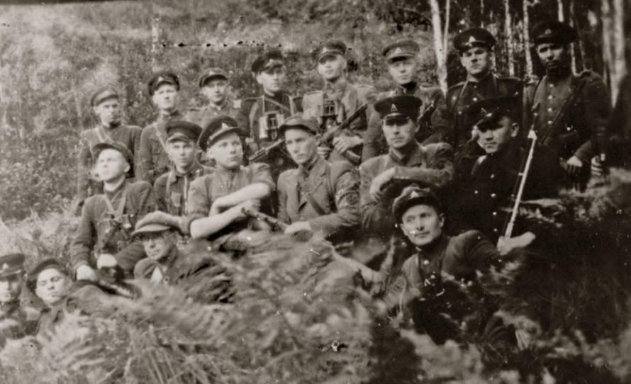 Konstantinas Liuberskis-Žvainys (sėdi antroje eilėje iš kairės ketvirtas) tarp Prisikėlimo apygardos Kunigaikščio Žvelgaičio rinktinės Juozapavičiaus tėvūnijos partizanų. Steponas Erstikis-Patašonas stovi antras iš dešinės. Fotografuota 1950 m. arba 1951 m. vasarą. | Utenos laisvės kovų muziejaus nuotr.