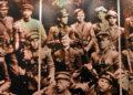 Lietuvos partizanas Verner Gerštung (trečias iš kairės antroje eilėje - centre su pilote). Priekulės muziejus | Alkas.lt ekrano nuotr.