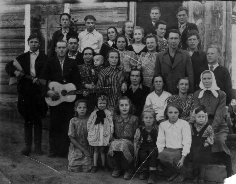 Lietuviai tremtyje Bulykai, Zalarių rajonas, Irkutsko sritis, 1950 m.  Pirmoje eilėje ketvirta iš kairės Elena Aleknaitė. Trečioje eilėje ketvirta iš kairės Ona Aleknienė ant rankų laiko tremtyje gimusį sūnų Jurgį | P Šimkavičiaus nuotr.