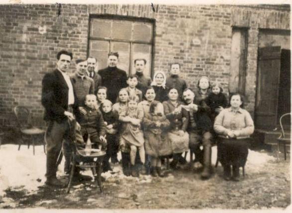 Lietuva 1943 m., Pirmoje eilėje trečia iš dešinės sėdi Ona Jančenė (mano prosenelė, močiutės Onos mama).Už jos, antroje eilėje, su balta skara stovi jos mama – Katarina Mikalickienė. Dešinėje pusėje stovinti moteris laiko mažą mergaitę – mano močiutę Oną Jančaitę. Močiutės tėtis (Antanas Janča) stovi antras iš kairės | voruta.lt nuotr.
